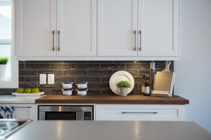 Inspiring black quartz kitchen countertops ideas 09