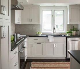 Inspiring black quartz kitchen countertops ideas 42