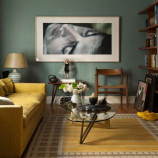 Stylish dark green walls in living room design ideas 46