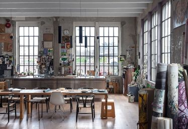 Small modern industrial apartment decoration ideas 27