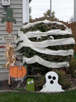 Creative diy halloween decorations using spider web 32