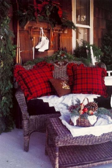 Ideas how to make comfortable rustic outdoor christmas décoration 37
