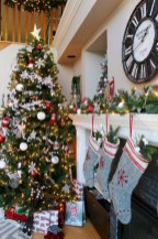 Inspiring christmas decorations ideas with traditional touch 41