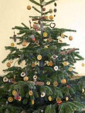 Stylish christmas decoration ideas using sleigh 42 42