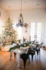 Inspiring farmhouse christmas table centerpieces ideas 21
