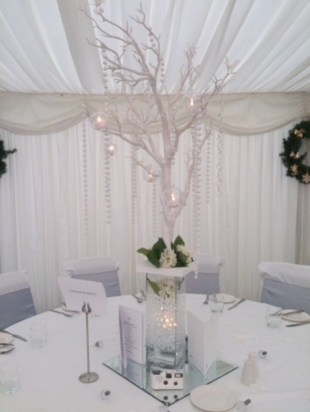Stylish silver and white christmas table centerpieces ideas 30