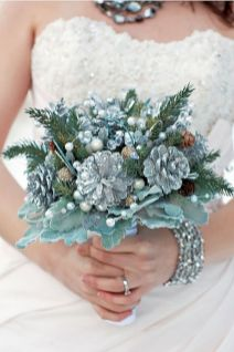 Wonderful winter wedding bouquets ideas you will love (19)