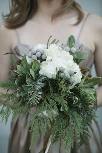 Wonderful winter wedding bouquets ideas you will love (32)