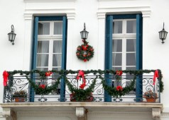 Awesome christmas decoration ideas for your balcony 14