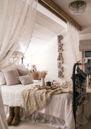 Beautiful farmhouse master bedroom decorating ideas 15