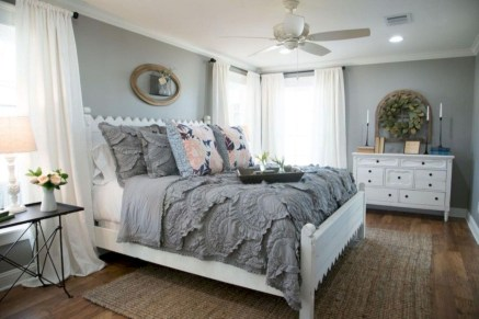 Beautiful farmhouse master bedroom decorating ideas 27