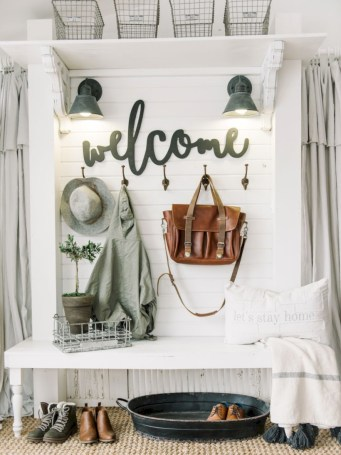 Catchy farmhouse rustic entryway decor ideas 42