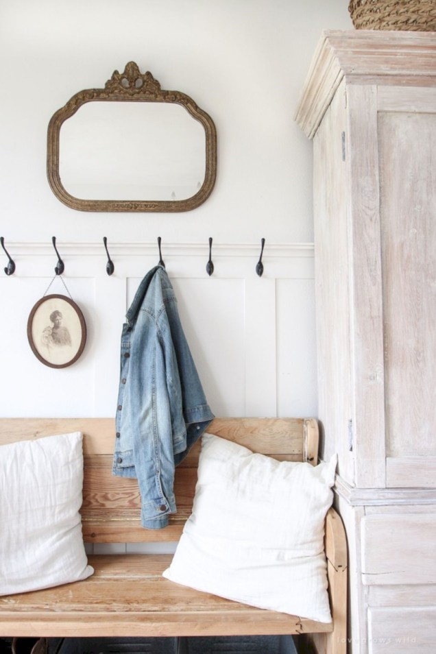Catchy farmhouse rustic entryway decor ideas 47