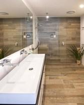 Simple and cozy farmhouse wooden bathroom inspirations ideas 09