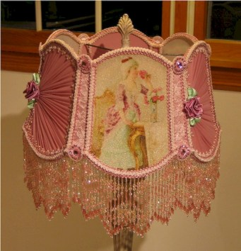Vintage victorian lamp shades ideas for your bedroom (19)