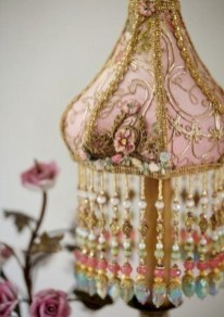 Vintage victorian lamp shades ideas for your bedroom (9)