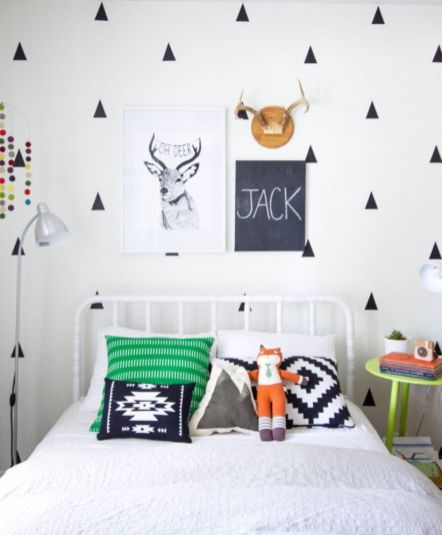 Totally inspiring black and white geometric wallpaper ideas for bedroom (24)