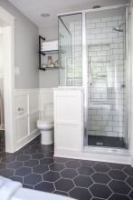 Beautiful urban farmhouse master bathroom remodel ideas (20)