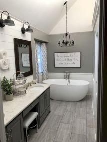 Beautiful urban farmhouse master bathroom remodel ideas (37)