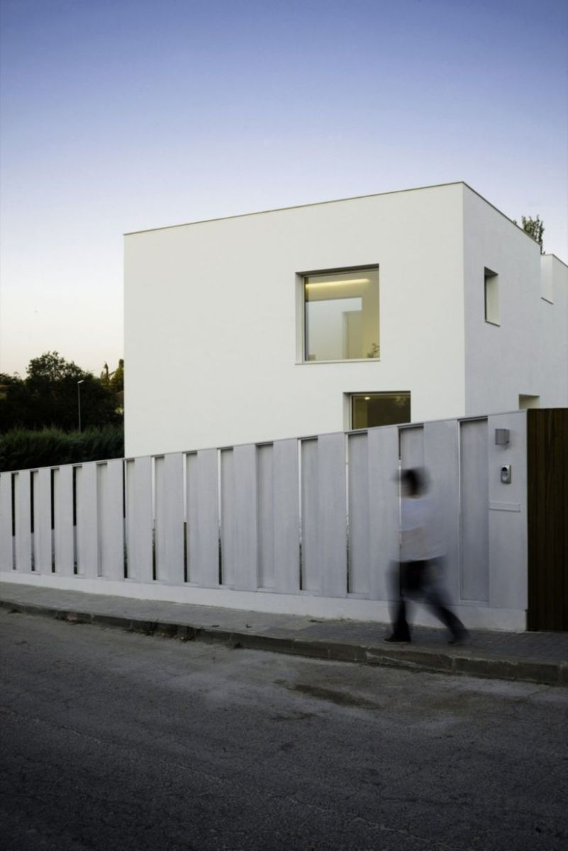 Exclusive and modern minimalist fence design ideas 27