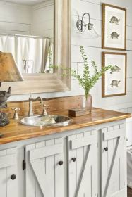 Gorgeous farmhouse master bathroom decorating ideas (43)