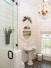 Gorgeous farmhouse master bathroom decorating ideas (6)