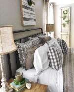 Rustic farmhouse bedroom decorating ideas (31)