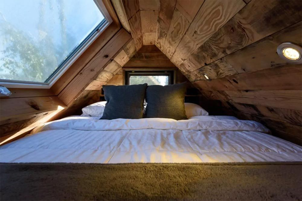 Astounding bedrooms with skylights that everyone will adore 14
