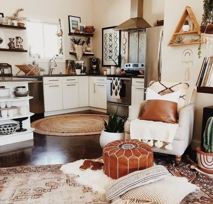 Brilliant bohemian farmhouse decorating ideas for your living room 28