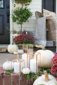 Fancy farmhouse fall porch decor and design ideas 31