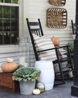 Fancy farmhouse fall porch decor and design ideas 33