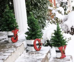 Perfect diy front porch christmas tree ideas on a budget 11
