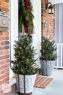 Perfect diy front porch christmas tree ideas on a budget 22