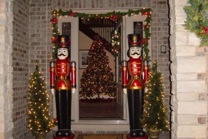 Perfect diy front porch christmas tree ideas on a budget 29