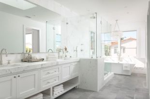Luxurious bathroom designs ideas that exude luxury 29