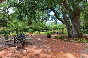 Elegant backyard landscaping ideas using bricks 48