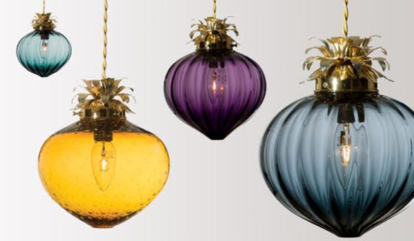 Fascinating colorful glass pendant lamps ideas for your kitchen 26