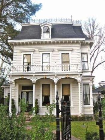Amazing old houses design ideas will look elegant 52