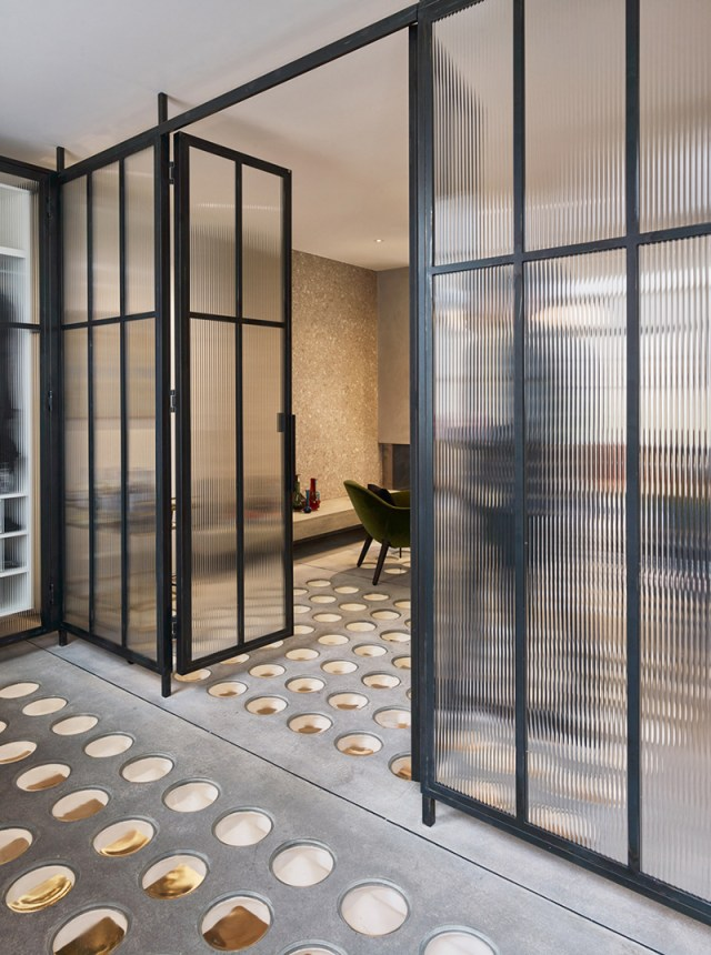 A-house-with-circular-glass-flooring-which-brings-light-and-transparency-2