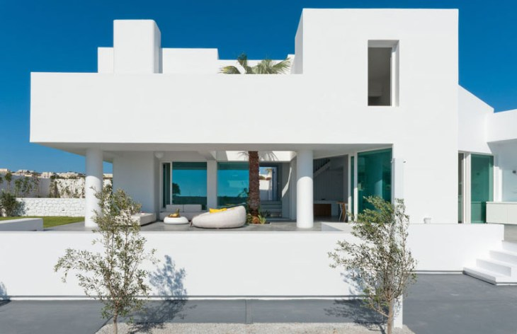 A-modern-house-with-traditional-greek-architecture-to-inspire-you-1