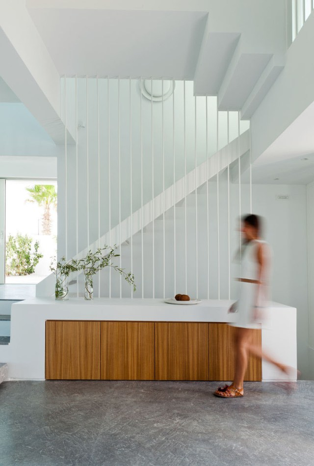 A-modern-house-with-traditional-greek-architecture-to-inspire-you-4
