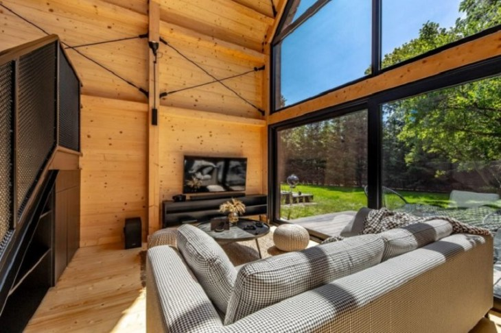A-framed-cabin-with-contemporary-style-that-looks-dramatic-2
