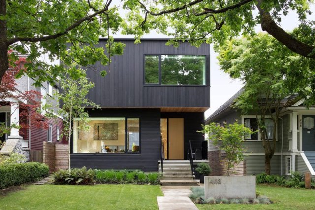 An-alluring-contemporary-house-with-a-black-facade-1