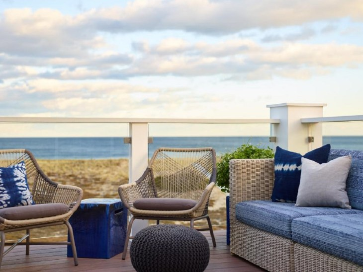This Is How Profesionals Use Their Coastal-Style Decks, Porches and Patios To Enjoy The Ocean Scenery