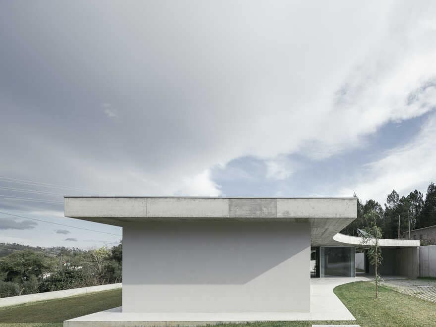 One-storey house in a small land with a slightly slope to achieve a symbiotic relationship 2