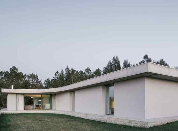 One-storey house in a small land with a slightly slope to achieve a symbiotic relationship