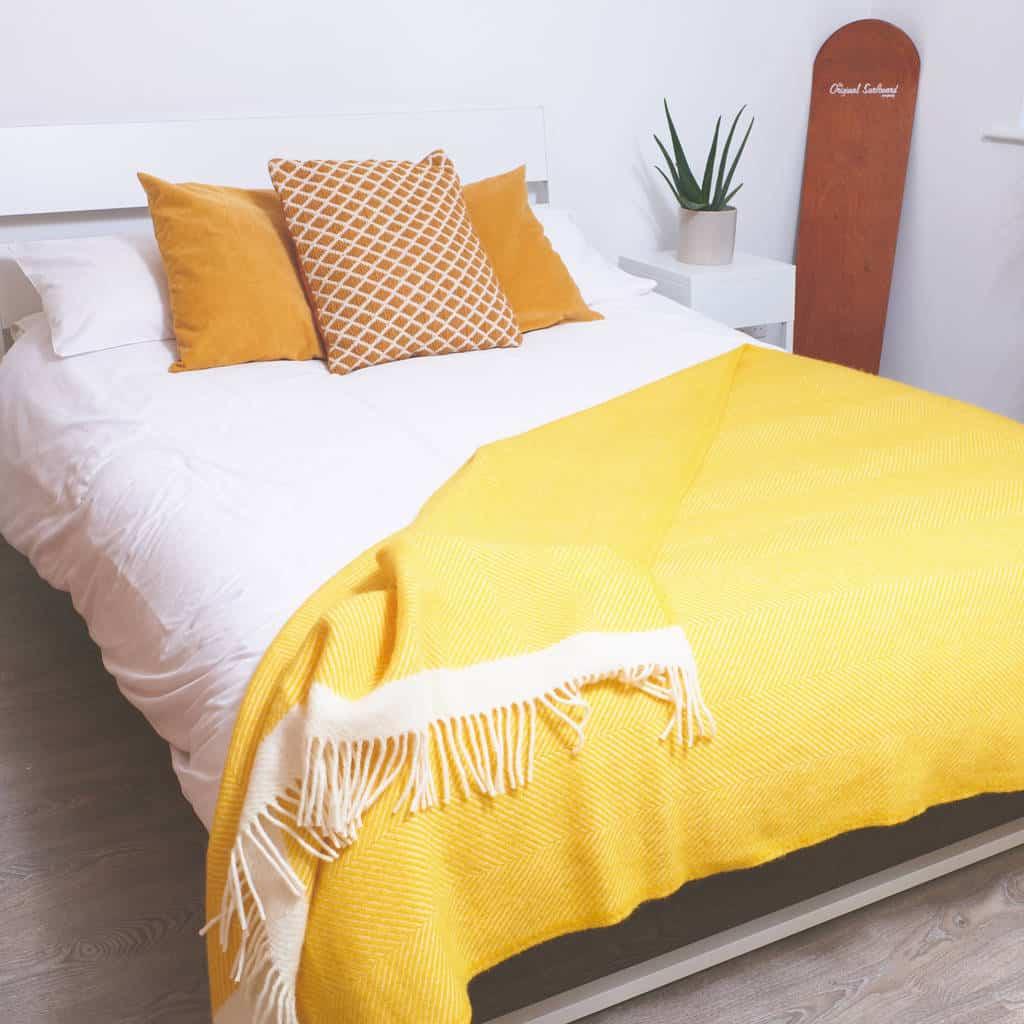 Tüm Gün Büyüleyici Parlaklık Ve Yatak Odası İçin Sarı Renk Kullanmanın Çekici Yolları