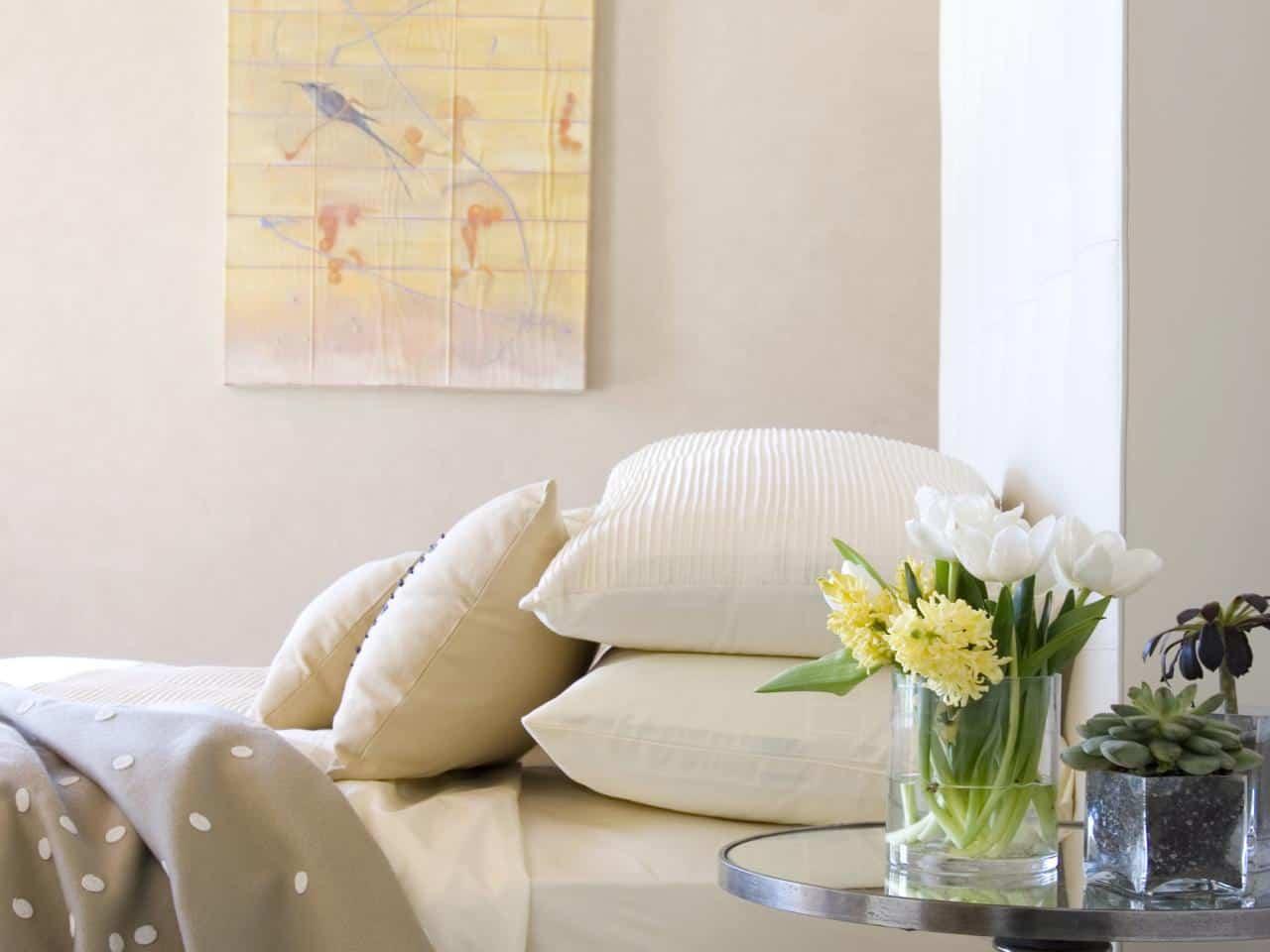 Sarı çiçeklerin ipucu Tüm Gün Büyüleyici Parlak ve Yatak Odası İçin Sarı Rengi Kullanmanın Çekici Yolları