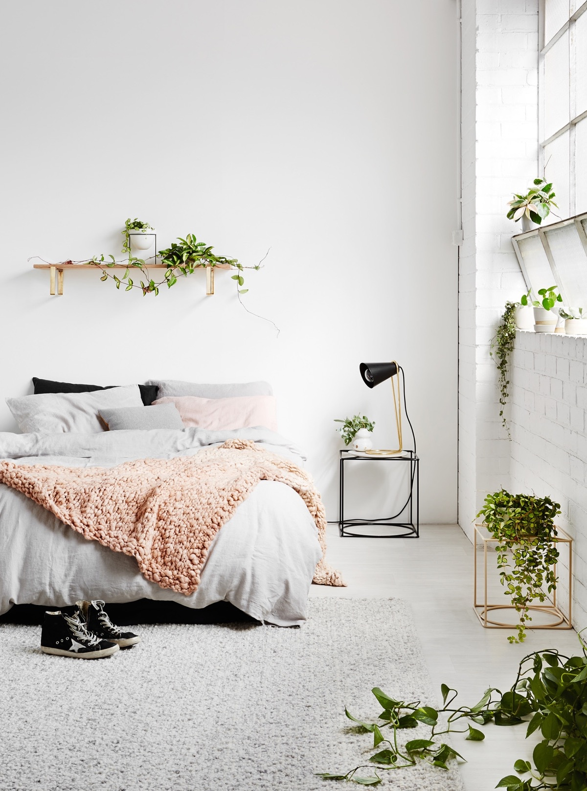 Minimalist with natural elements Charismatic Minimalist Bedroom Ideas That Low On Clutter But Big On Style