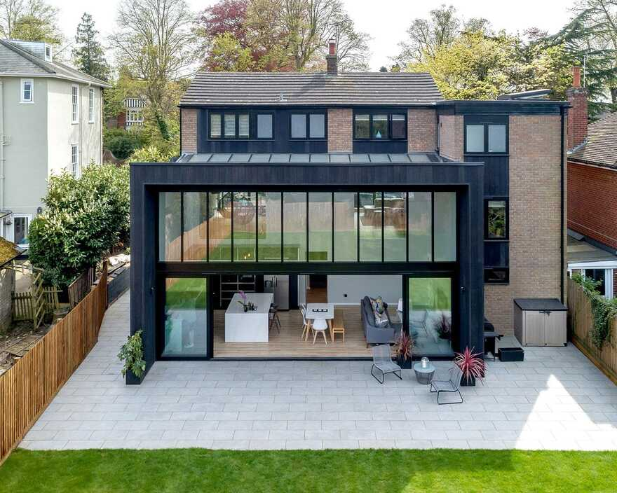 Sophisticated family house that has a direct connection to the rear garden 6